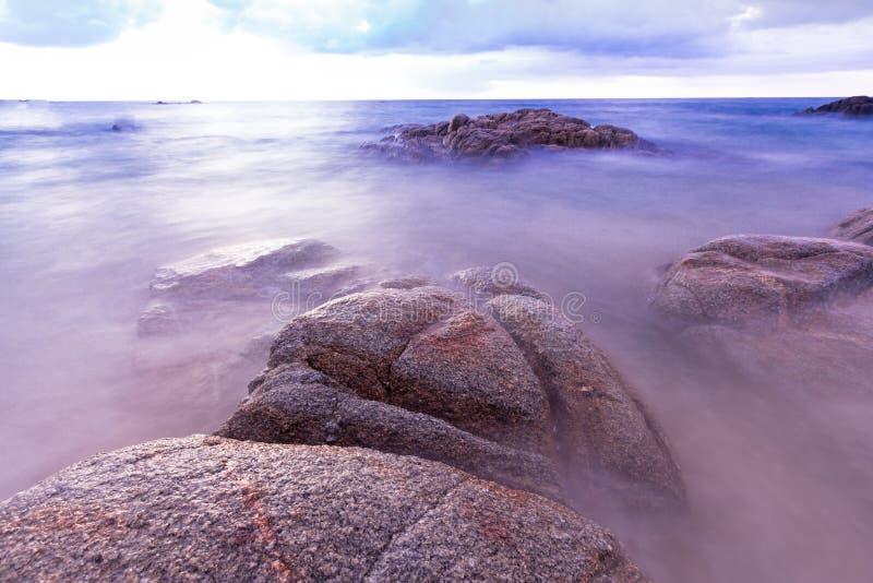 Praia tropical de Tailândia, praia da rocha da pedra de Patong Phuket foto de stock