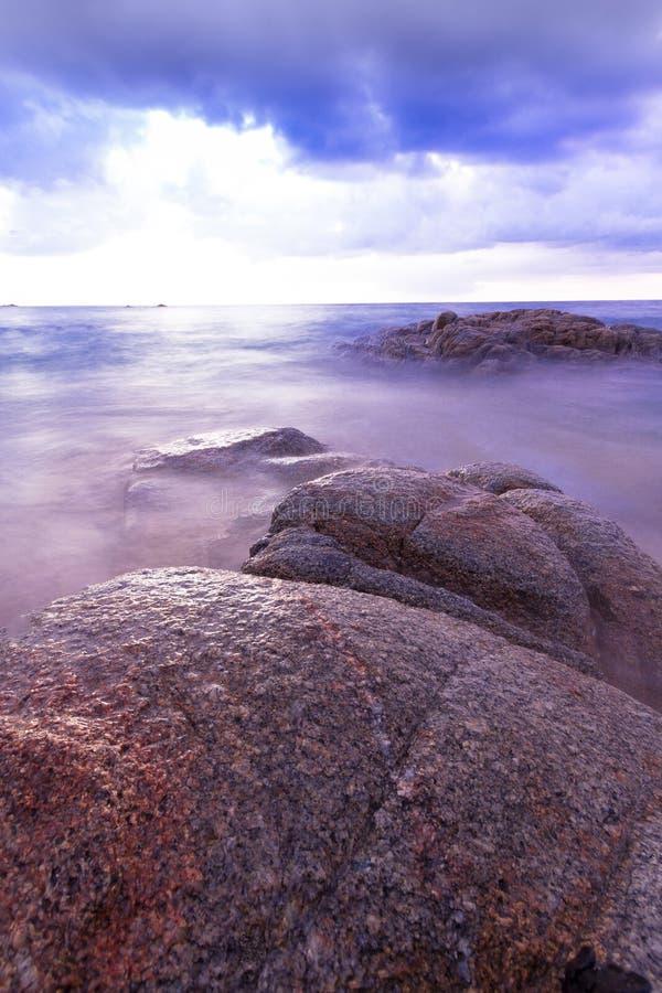 Praia tropical de Tailândia, praia da rocha da pedra de Patong Phuket foto de stock royalty free