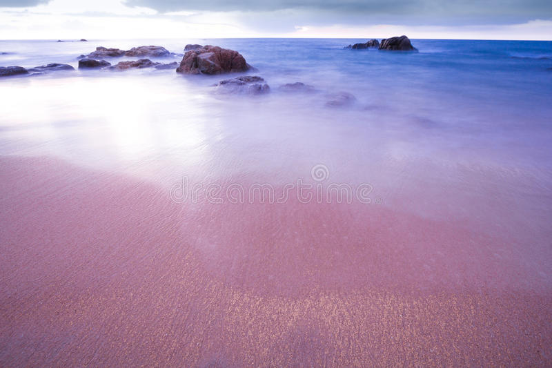 Praia tropical de Tailândia, praia da rocha da pedra de Patong Phuket imagens de stock royalty free