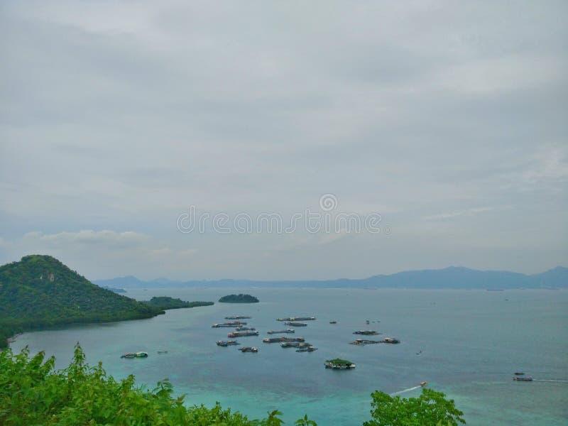 Praia tropical do para?so em Indon?sia foto de stock