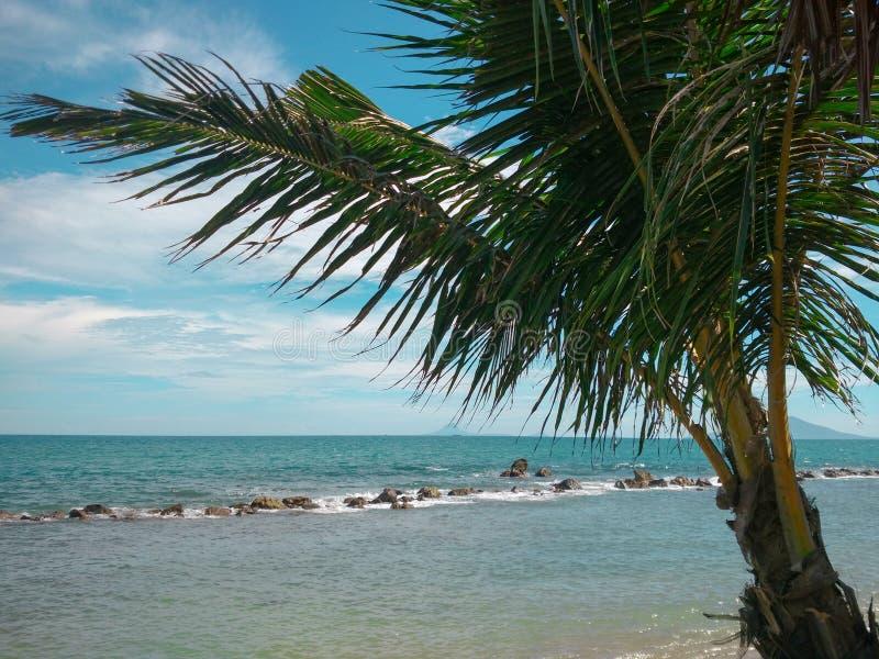Praia tropical do para?so em Indon?sia fotografia de stock royalty free