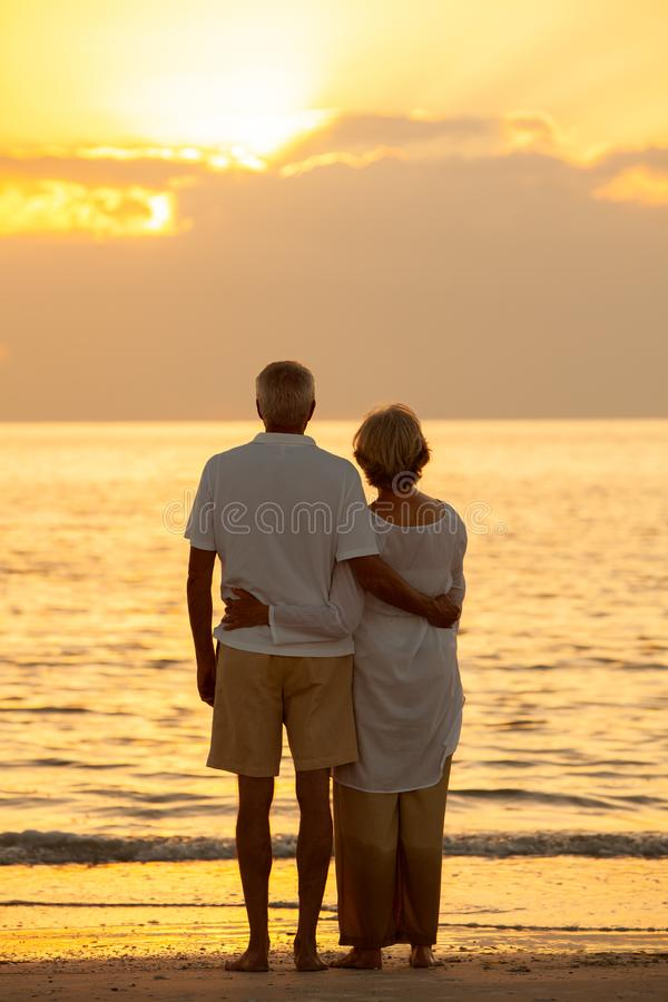 Praia tropical do por do sol superior dos pares fotos de stock royalty free