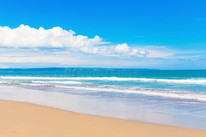 Praia tropical e mar bonito Céu azul com as nuvens nos vagabundos imagem de stock royalty free
