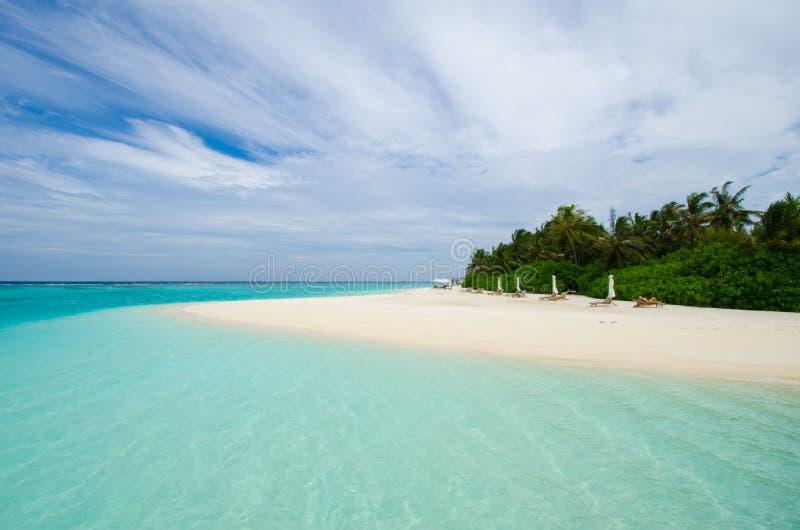 Praia tropical em maldives imagem de stock