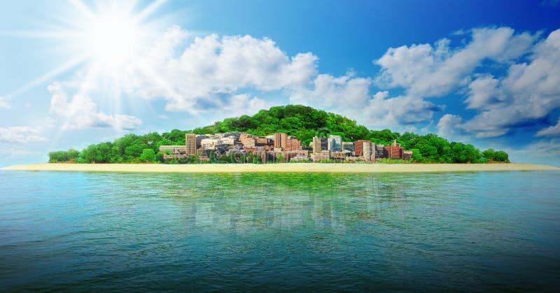 Praia tropical ensolarada na ilha imagem de stock
