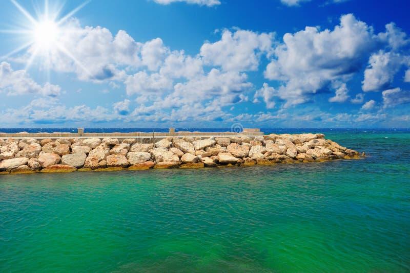 Praia tropical ensolarada na ilha fotografia de stock royalty free