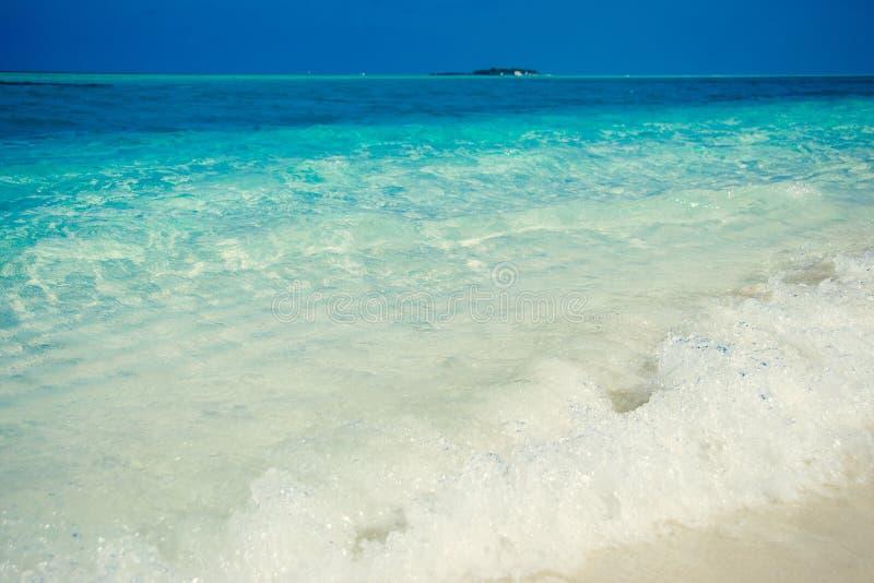 Praia tropical exótica Férias de verão e turismo, destino popular, conceito luxuoso do curso Maldivas, Oceano Índico Seascape w foto de stock
