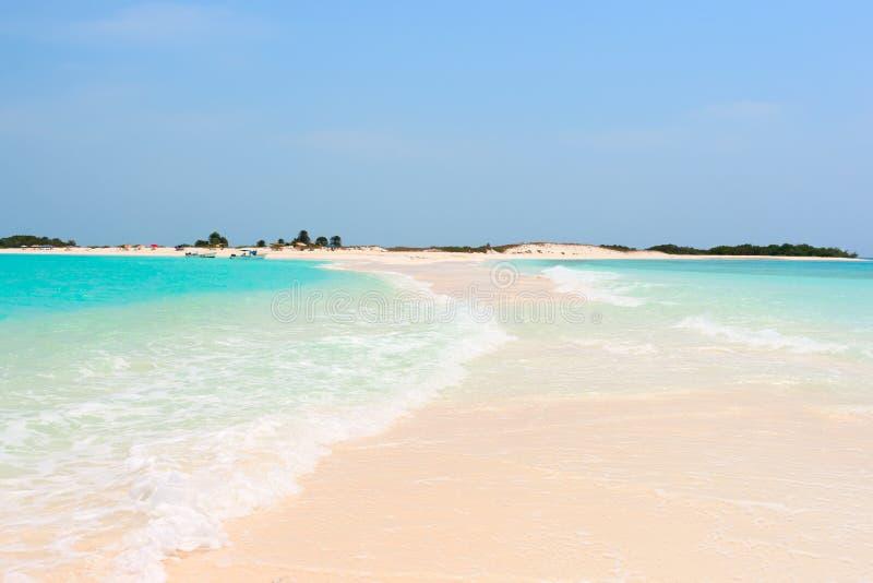 Praia tropical idílico com água perfeita de turquesa foto de stock