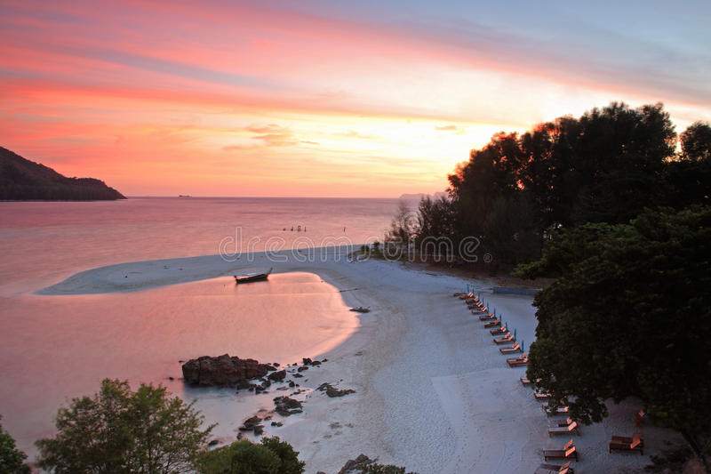 Praia tropical no céu crepuscular cor-de-rosa em Koh Lipe fotos de stock royalty free