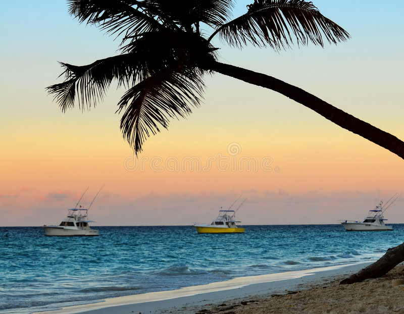 Praia Tropical No Por Do Sol Fotografia de Stock