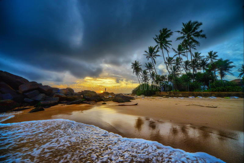 Praia tropical no por do sol imagens de stock