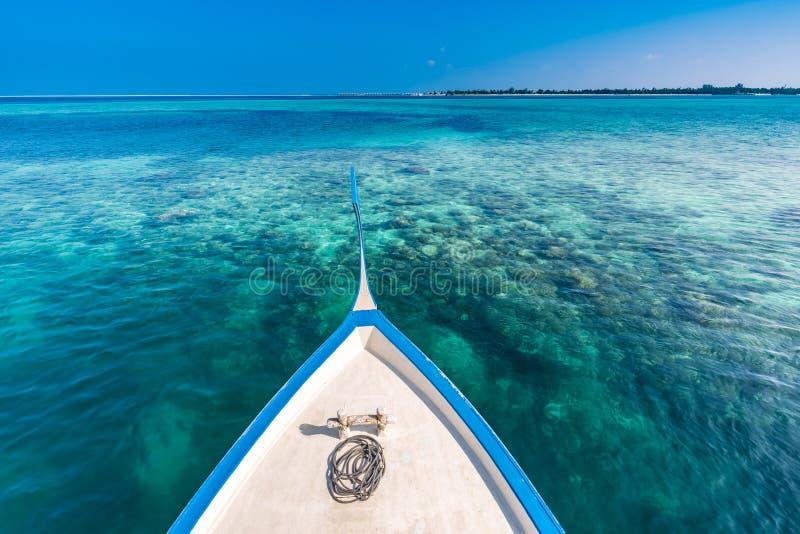 Praia tropical perfeita Maldivas do paraíso da ilha Molhe longo e um dhoni tradicional do barco perto do islan imagens de stock royalty free