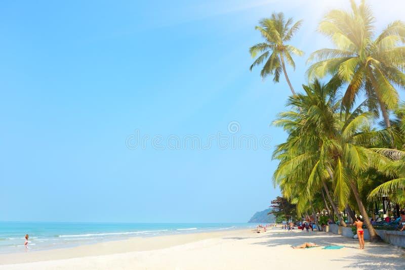 Praia tropical. Praia branca da areia. Koh Chang imagens de stock