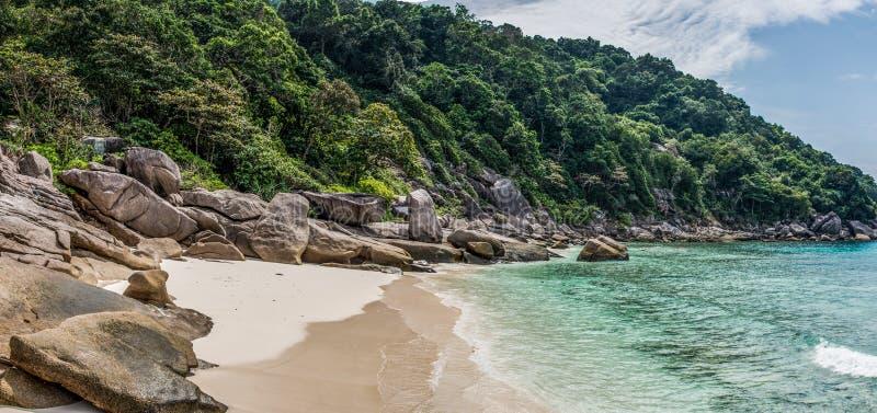 Praia tropical selvagem do panorama bonito. Mar de Turuoise na ilha de Similan. Tailândia. Aventura de Ásia. fotos de stock