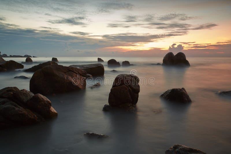 Praia tropical sonhadora lisa no por do sol fotos de stock