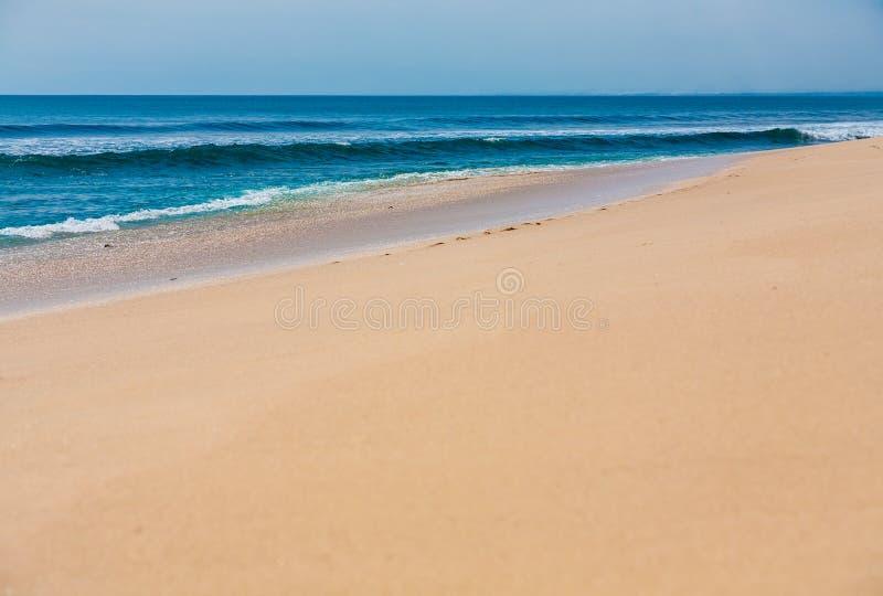 Praia tropical surfando bonita da areia fotos de stock