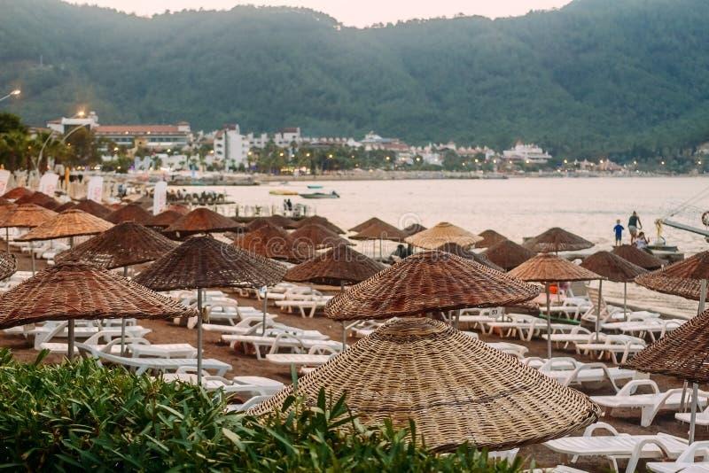 Praia turca com guarda-chuvas e sunbeds imagens de stock royalty free
