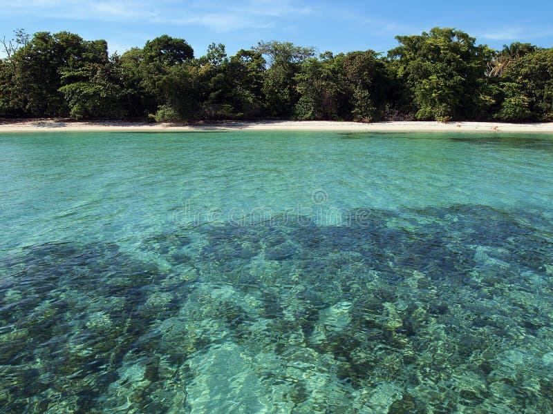 Praia Unspoiled com águas de turquesa imagem de stock royalty free