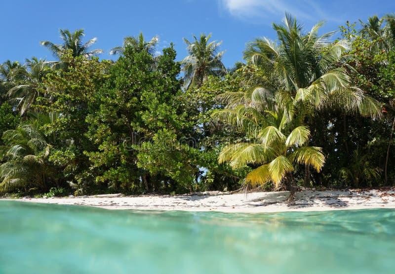 Praia Unspoiled com águas de turquesa fotografia de stock