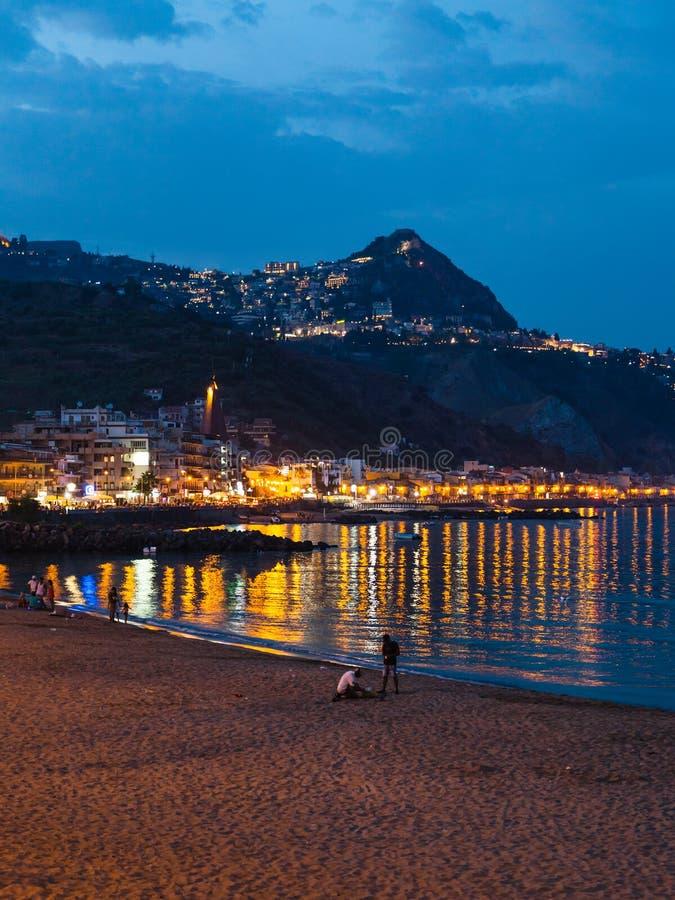 Praia urbana na cidade de Giardini Naxos na noite de verão fotos de stock