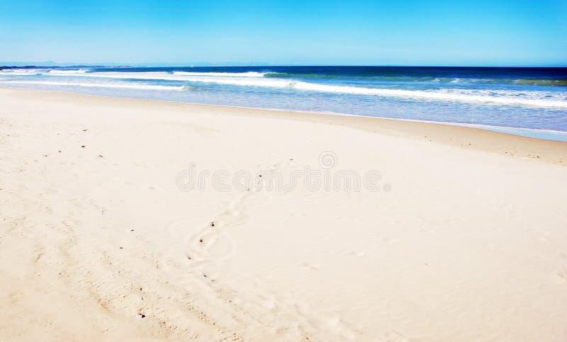 Praia vazia com areia branca fotografia de stock royalty free