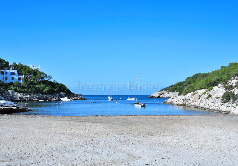 Praia vazia com os barcos do fisher ancorados fotografia de stock