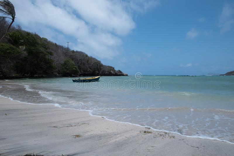 Praia vazia com um barco imagens de stock royalty free
