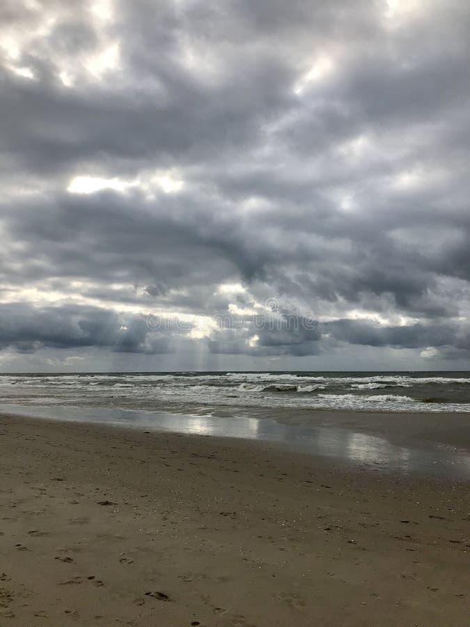 Praia vazia do Mar do Norte nos Países Baixos em um dia nebuloso cinzento imagem de stock