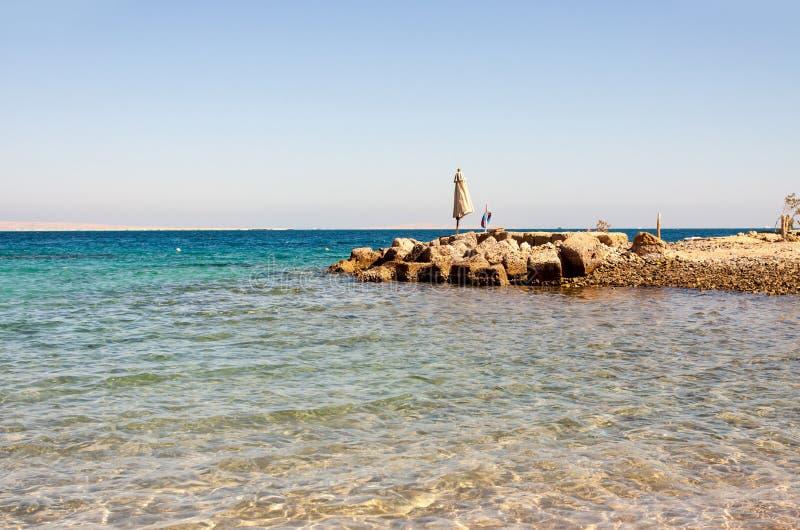 Praia vazia do Mar Vermelho em Egito sem turistas imagem de stock