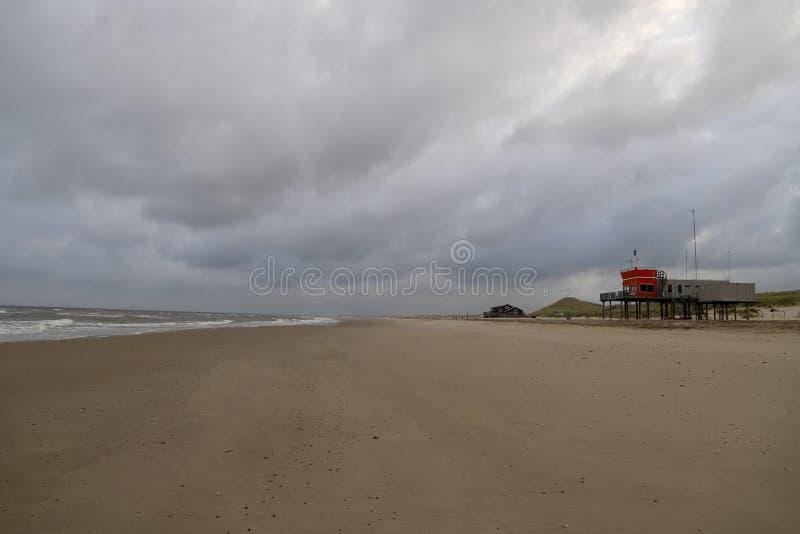 praia vazia em um dia nebuloso na cidade pequena litoral quieta, os Países Baixos fotografia de stock