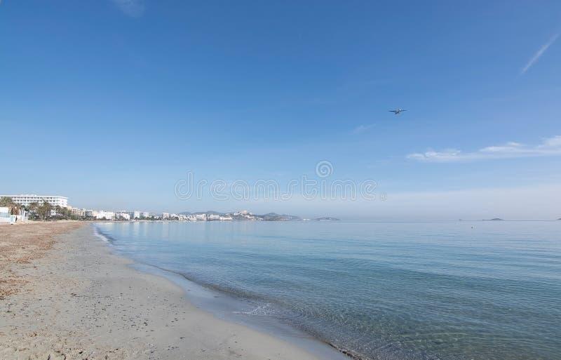Praia vazia Ibiza do inverno imagem de stock