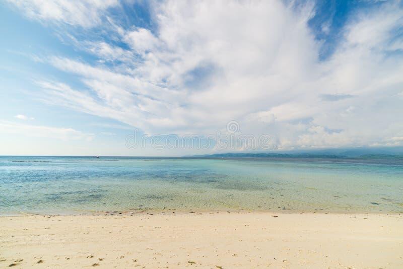 Praia vazia, mar aberto e nuvens imagens de stock