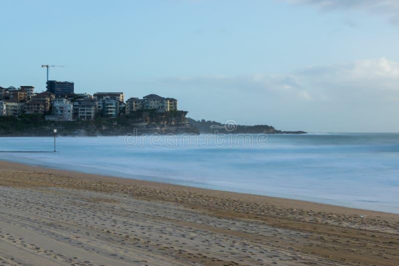 Praia viril com água longa leitosa da exposição que olha transversalmente a Que imagem de stock