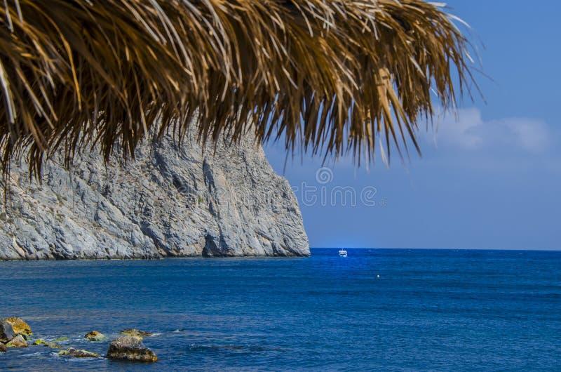 Praia vulcânica da ilha Grécia de Perissa Santorini imagem de stock royalty free