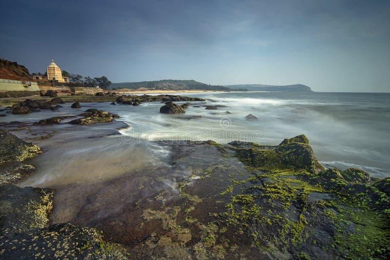 Praias rochosas, Sindhudurga, Maharashtra, Índia imagens de stock royalty free