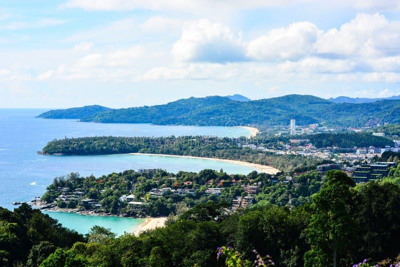 Praias tropicais bonitas do ponto de opinião de Karon em Phuket fotografia de stock