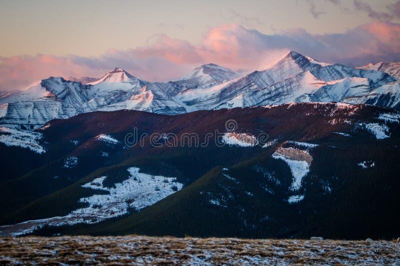 Praire-Gebirgsausblick auf die Oberseite zur Sonnenaufgangzeit, kampierend auf die Oberseite, windiger Morgen, schöner rosa Sonne lizenzfreie stockfotografie