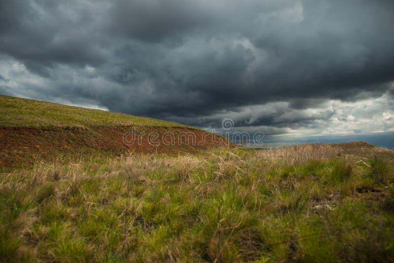 Prairielandschap met donkere wolken royalty-vrije stock afbeelding