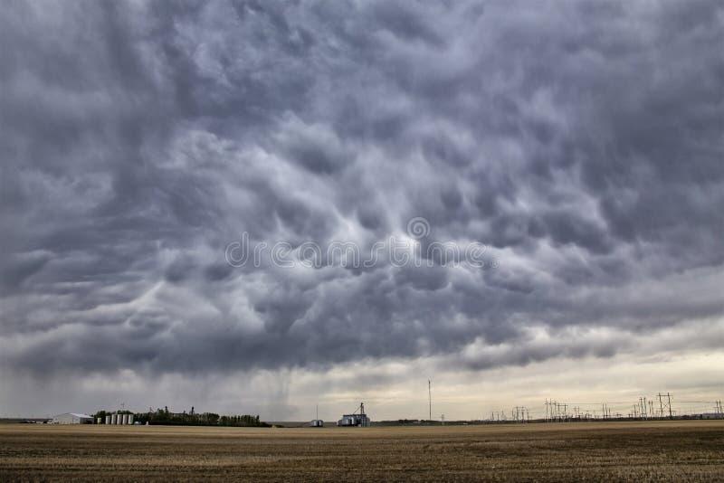 Prairieonweerswolken stock foto's