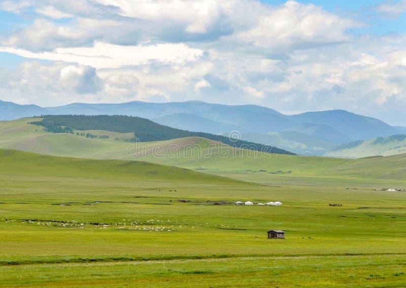 Prairies des Mongolians nomades au volcan de Khorgo photo stock