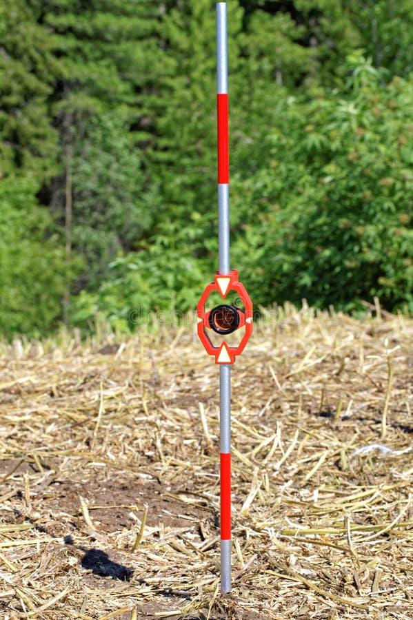 Praktischer Gebrauch im Freien von den Miniprismen auf dem Minimeilenstein für Tachymeter stockbild