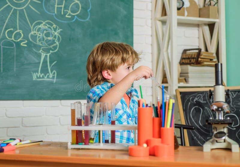 Praktisches Wissen Grundlagenkenntnisse Studie hart Messbare Ergebnisse Kinderbetreuung und Entwicklung Kritisches Denken und lizenzfreies stockbild