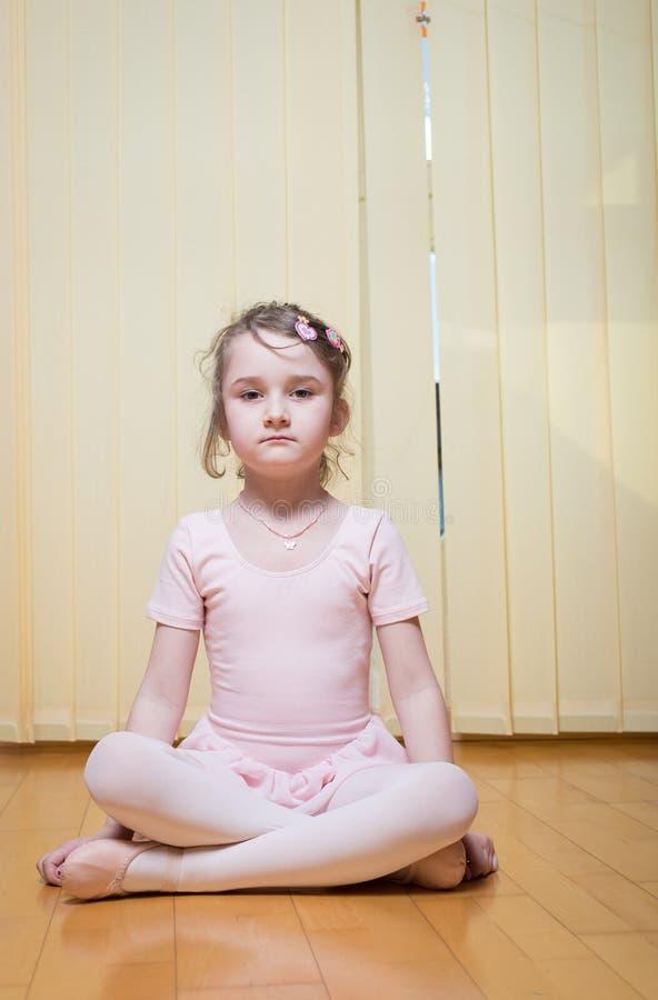 Praktisera balett för liten flicka arkivfoto