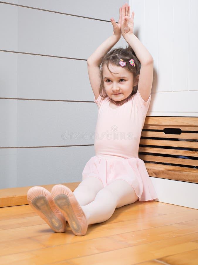Praktisera balett för liten flicka arkivfoton