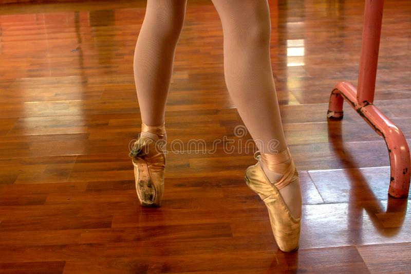 Praktisera balett f?r liten flicka royaltyfri fotografi