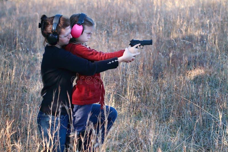 Praktisera skytte för Mom och för dotter fotografering för bildbyråer