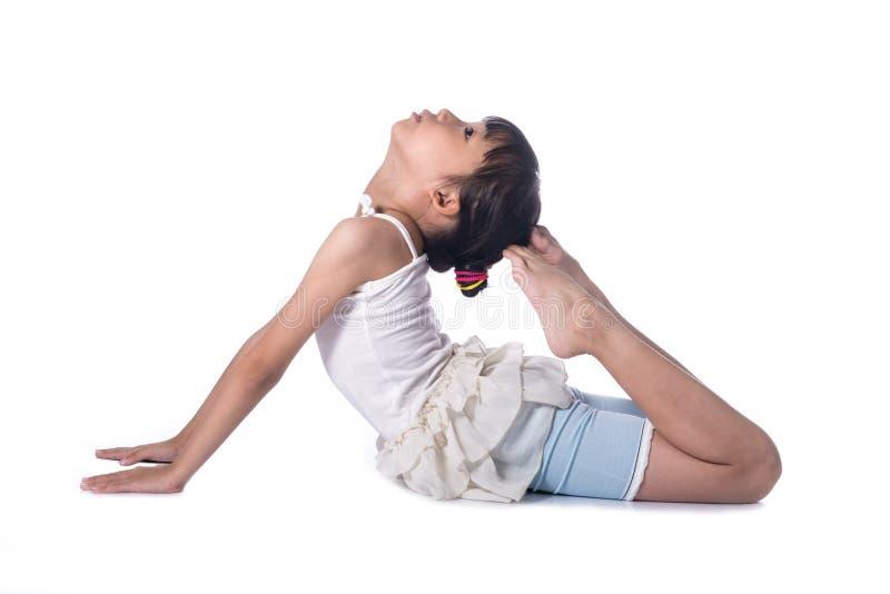 Praktisera yoga för liten flicka fotografering för bildbyråer