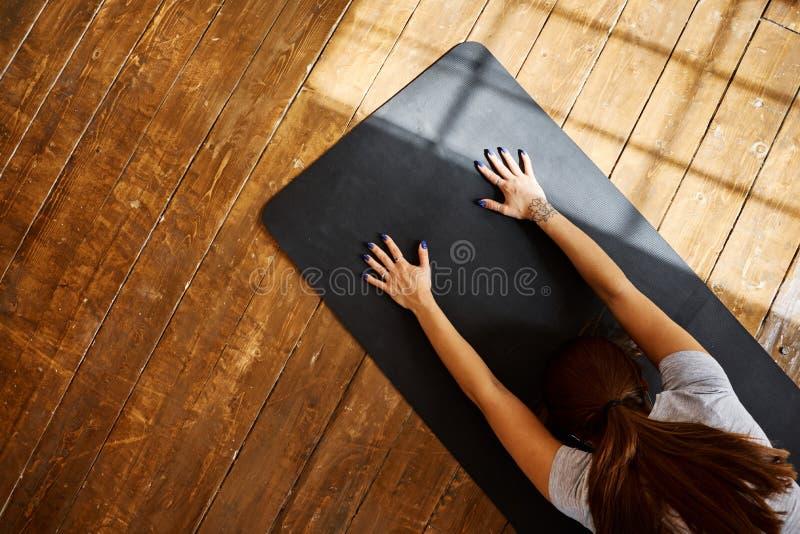 Praktiserande avancerad yoga för kvinna i vardagsrummet hemma En serie av yoga poserar arkivbilder