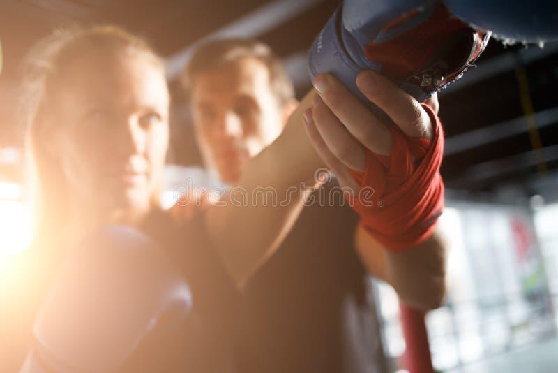 Praktiserande boxning för flicka med lagledaren arkivfoto