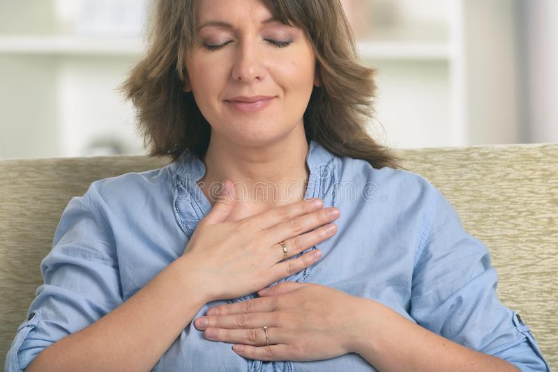 Praktiserande energimedicin f?r kvinna arkivbild